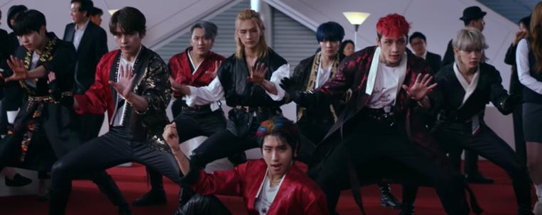 """Stray Kids lança clipe de """"Back Door"""" com coreografia impressionante; vem ver"""