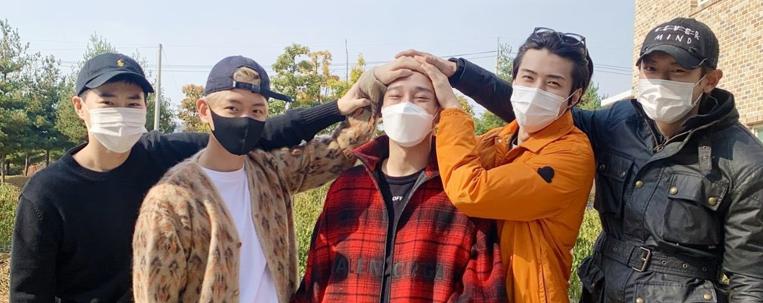 Integrantes do EXO acompanham Chen no dia de seu alistamento militar