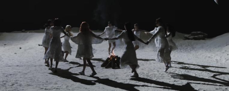"""LOONA aposta em ritmo eletrônico em novo single; veja o clipe de """"Why Not?"""""""