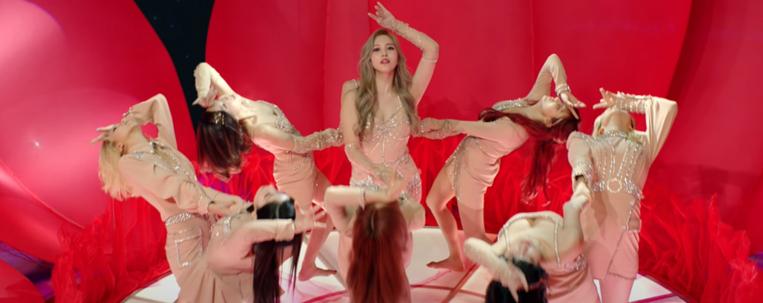 """TWICE aposta em ritmo oitentista em novo single; veja o clipe de """"I Can't Stop Me"""""""